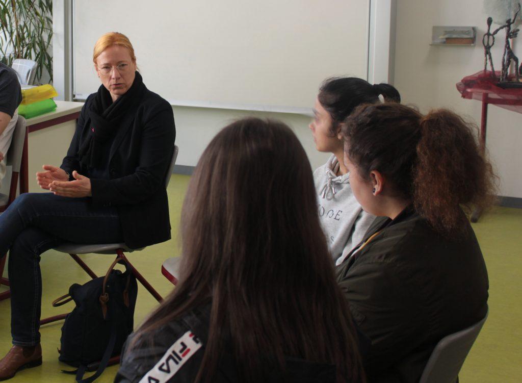 Dagmar Schmidt im Gespräch mit Schülerinnen der Schwingbachschule.